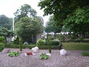 Udsnit af Vindings smukke og velholdte kirkegård set fra hovedindgangen