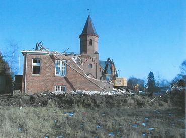 Nybyggeriet indebar, at det bevaringsvarige graverhus måtte nedrives.